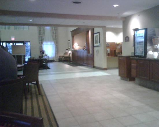 Holiday Inn Express Bourbonnais (Kankakee / Bradley): Distant view of dining area/lobby