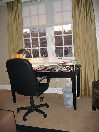 Windsor Arms Hotel: Desk Area in Living Room
