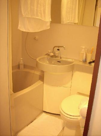 Hotel L'ouest Nagoya: Clean but small bathroom