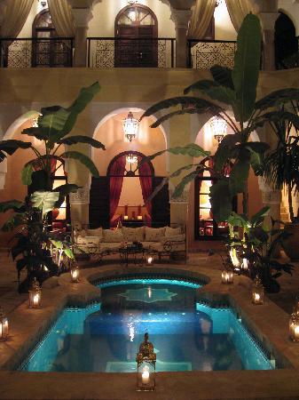 Riad Nabila: Pool at night