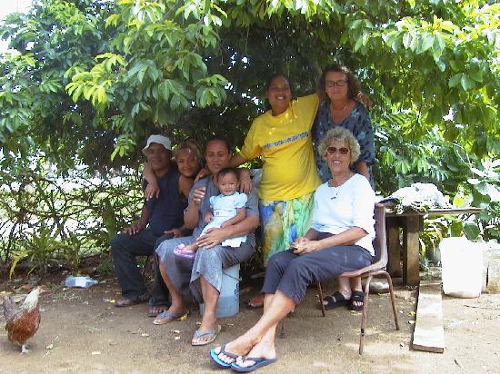 Ha'apai Resort at Billy's Place: Tina and her family, Sandy, Ewa, dec 2002
