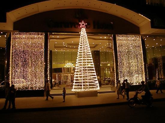 Caravelle Saigon: Hotel entrance in December