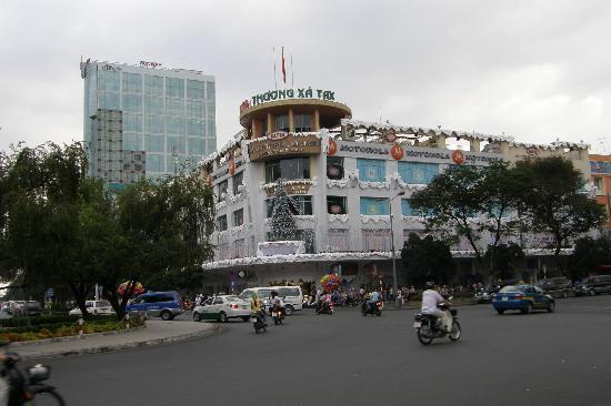 Caravelle Saigon : building decorated with fake snow