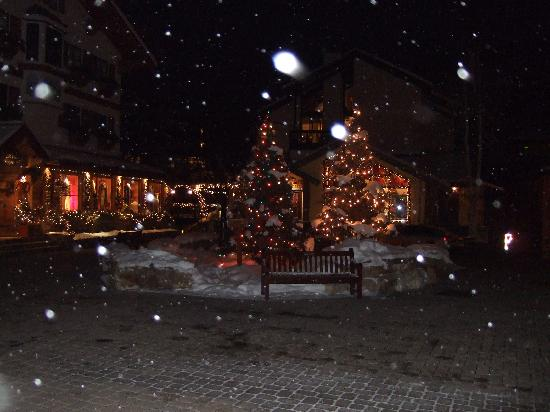 Vail's Mountain Haus at the Covered Bridge: Christmas lights and flurries on Gore Street (12/14/07)