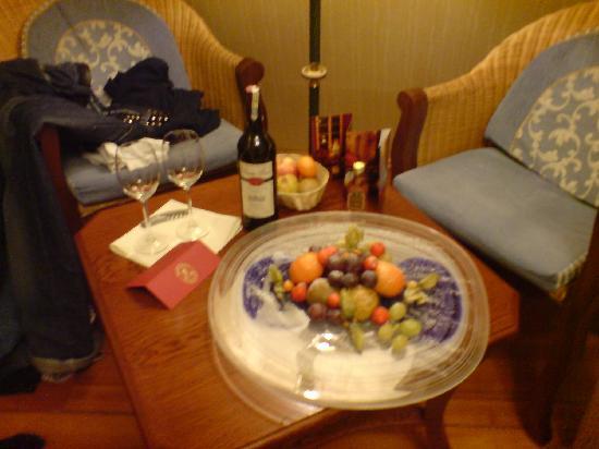 Shakespeare Hotel: Fruit Platter & Wine
