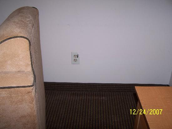 Campus Inn & Suites, Eugene Downtown: Broken outlet cover