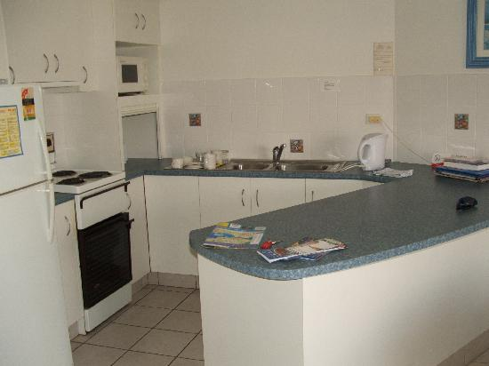 Aloha Apartments: Kitchen