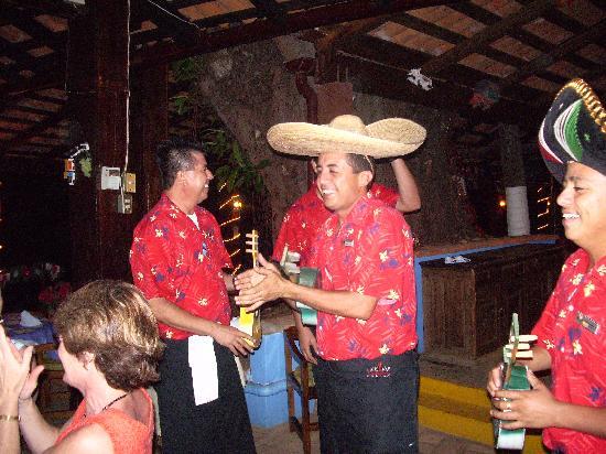 Playa Conchas Chinas Hotel: Unterhaltung beim Abendessen