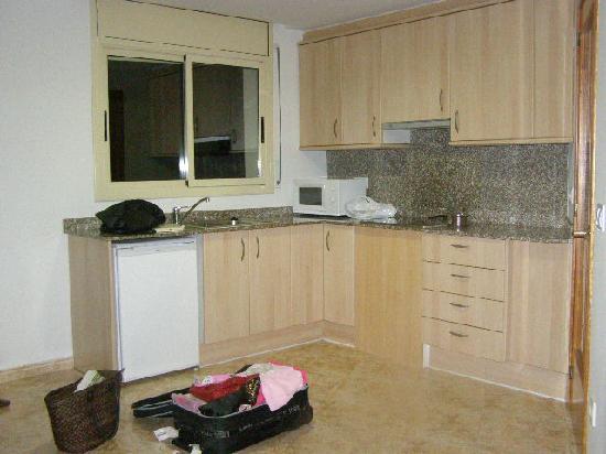 Apartamentos AR Santa Anna II: The kitchen