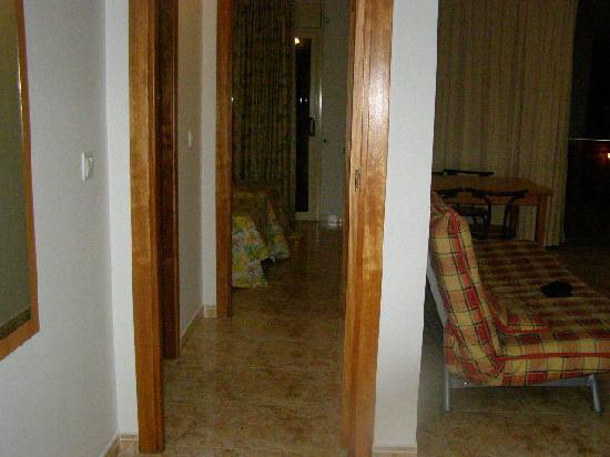 Apartamentos AR Santa Anna II: Corridor leading to the toilet and bedroom