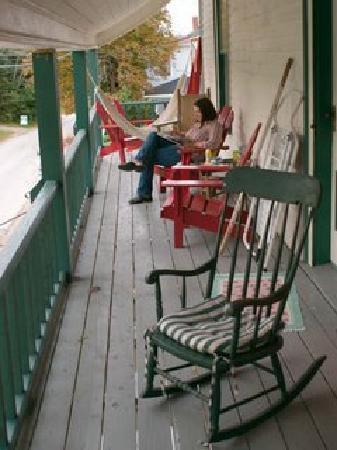 Mecklenburgh Inn: Very comfortable upper porch.