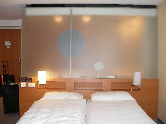 Hotel Alpha-Palmiers: sleeping area w/bathrm behind head of bed