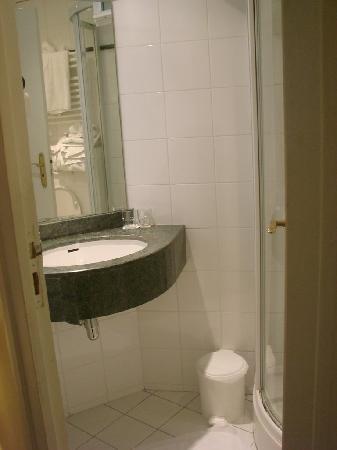 salle de bain petite mais tres propre photo de france louvre paris tripadvisor. Black Bedroom Furniture Sets. Home Design Ideas