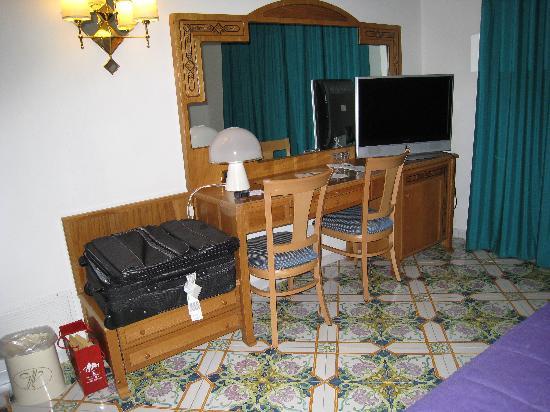 Grand Hotel Vesuvio: Desk & TV
