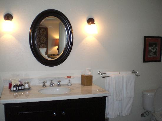 Colony Palms Hotel: the bathroom