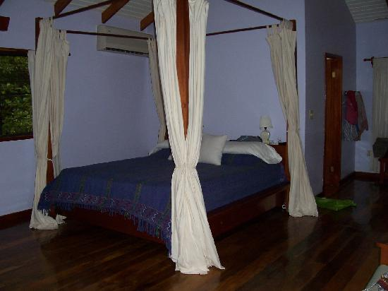 Hamanasi Adventure and Dive Resort: Treehouse Bed