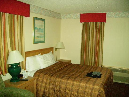 Days Inn San Francisco South/Oyster Point Airport: Bed in room