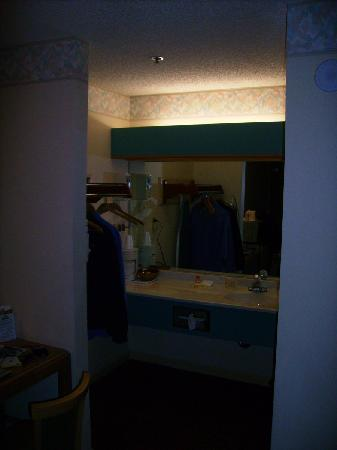 Days Inn San Francisco South/Oyster Point Airport: Sink and closet/hanger area