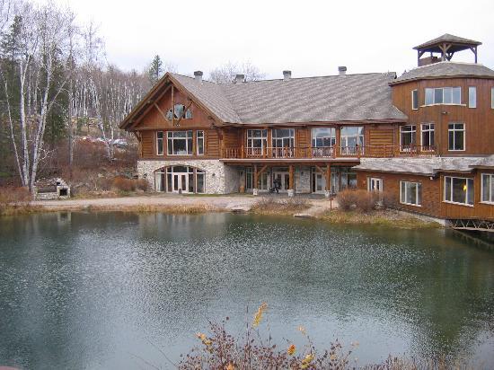 Auberge Du Lac Taureau: View over Pond