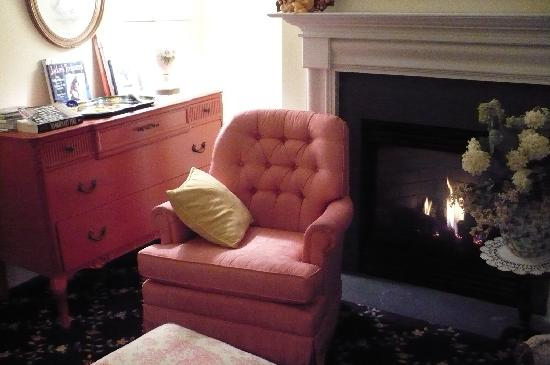 The Carriage House Bed & Breakfast: Furnishings - Jackie O Library