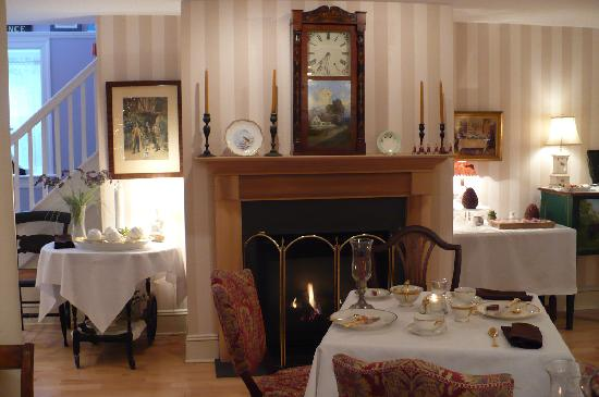 The Carriage House Bed & Breakfast: Fireplace in Dining Room