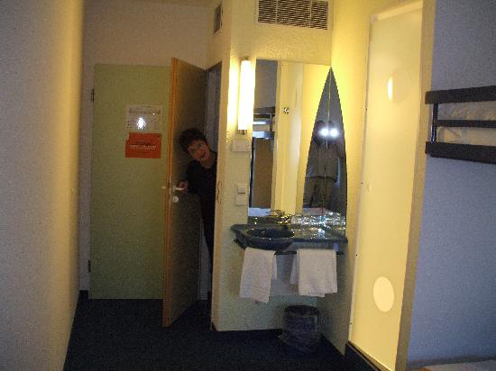 ibis budget Hamburg St. Pauli Messe: Separate toilet, washbasin in room & shower cubicle on right