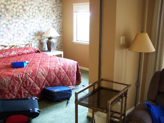 South Shore Lake Resort: LOOKING INTO BEDROOM FROM LIVING ROOM
