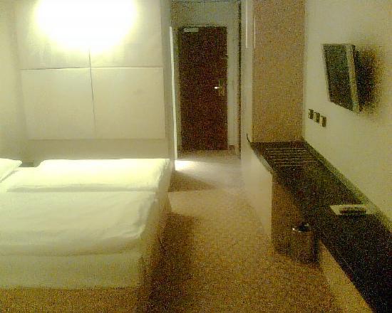 Hotel Das Tigra: A decent sized room (no internet, however)