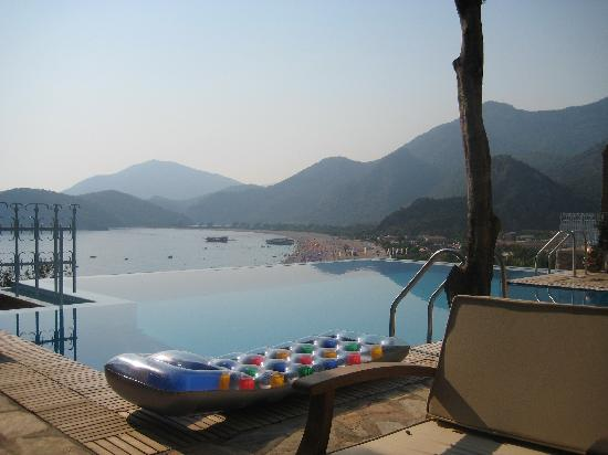 Beyaz Yunus Hotel: Pool area & view of the beach