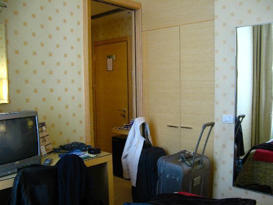 Holiday Inn Milan - Garibaldi Station: Desk with TV, closet and main entry.
