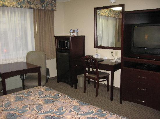 Shilo Inn & Suites - Salmon Creek : fridge, microwave
