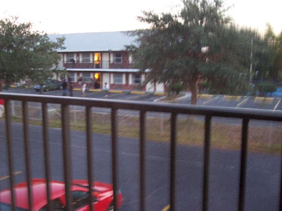 Shining Light Inn & Suites: View of neighbouring motel