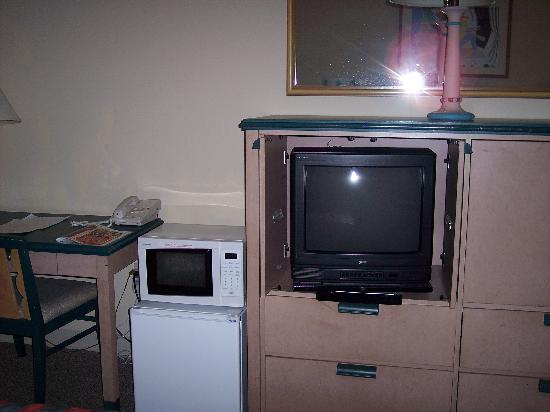 Shining Light Inn & Suites: TV, Micro and Refrigerator