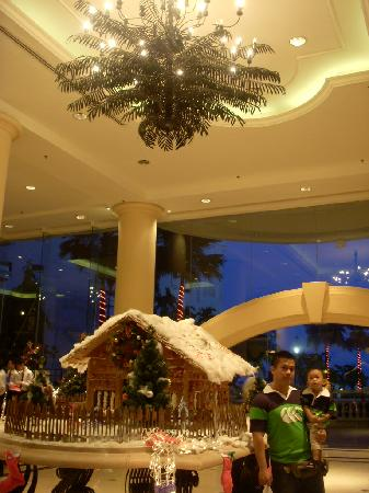 Everly Resort: The high-ceiling lobby.