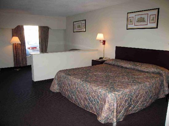 Rodeway Inn & Suites: Room 114 - sleeping area