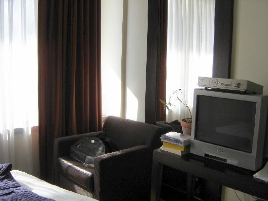 Sea Executive Suites: Bedroom TV