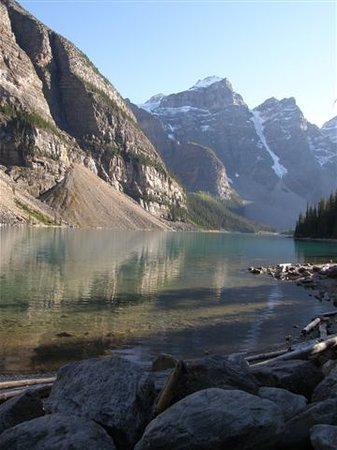Lago Louise, Canadá: Moraine Lake at waters edge