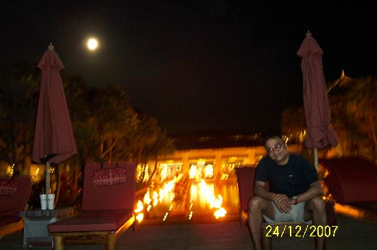 Marriott's Phuket Beach Club: Moon rising behind us in the pool