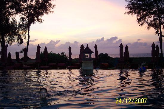 Marriott's Phuket Beach Club: Swimming at Sundown