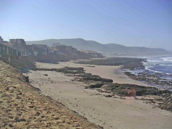 Tiznit, Morocco: La promenade vers les abris troglodytes de pêche. Ici, on revient vers Aglou, au fond.