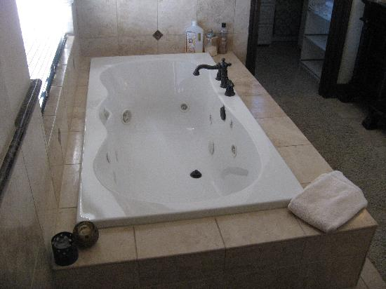 Arrowhead Manor: Jacuzzi for Two
