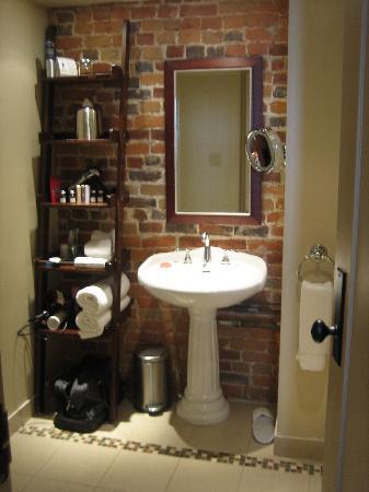 Hotel Nelligan : the cool bathroom