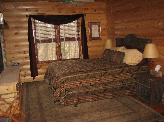 Sherwood Forest Bed and Breakfast: The comfortable bed in the Treetop Suite