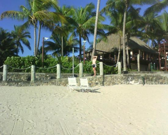 Outrigger Fiji Beach Resort: More of the Sunset Bar