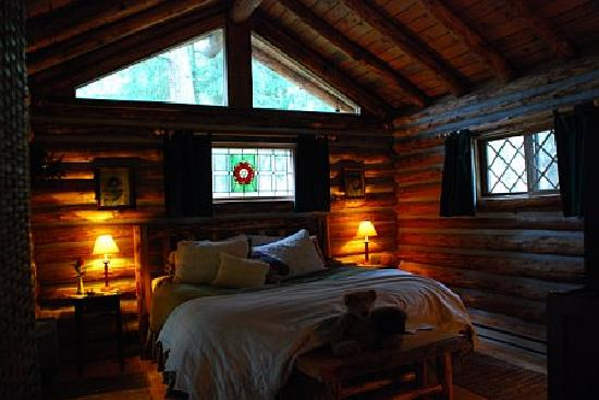 ‪‪Guest House Log Cottages‬: The very cozy cabin bedroom‬