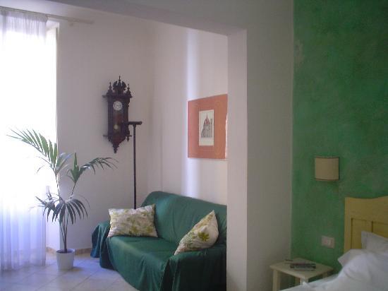 B&B Lanterna Fiorentina: Vista parcial de la habitación doble con sofá.  Muy amplia