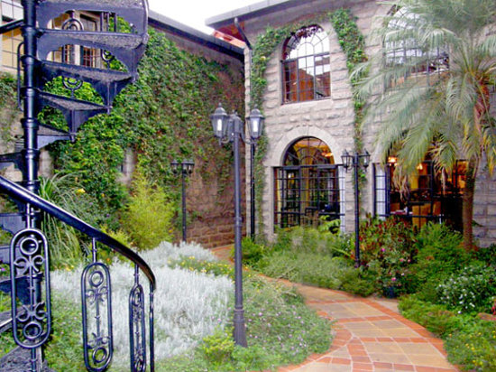Fairview Hotel: Part of the Fairviews garden paths within the hotel