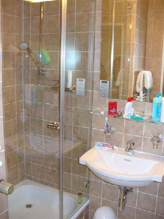 Leonardo Hotel & Residence München: The bathroom was new and clean