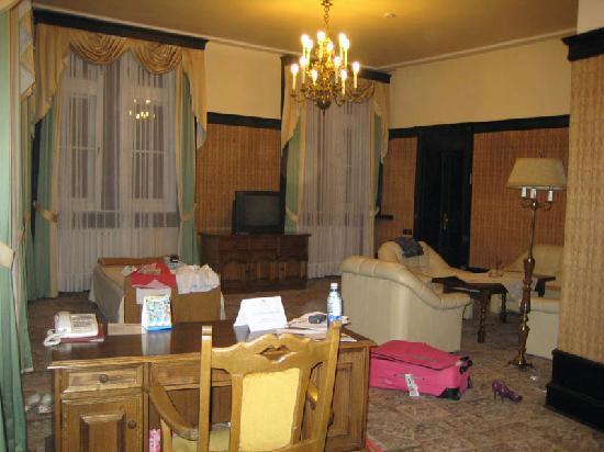 Royal Hotel: Huge living area!