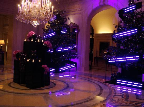 Four Seasons Hotel George V Paris: Beautiful Lobby Space, stunning decorations